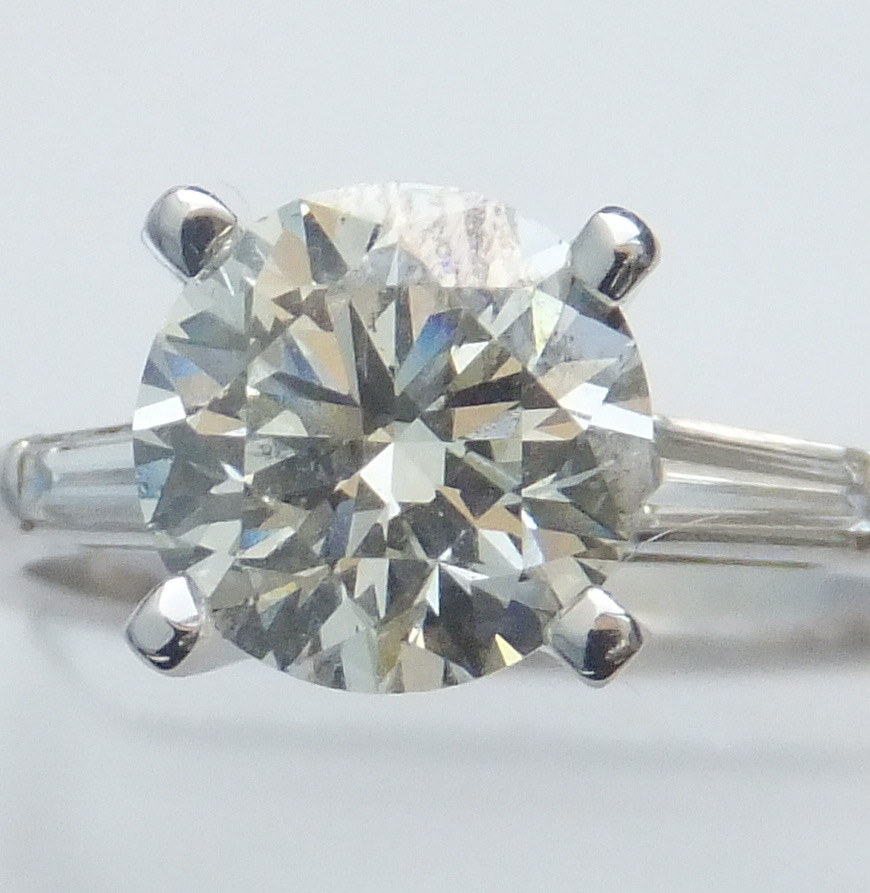 Engagement ring with taper baquettes